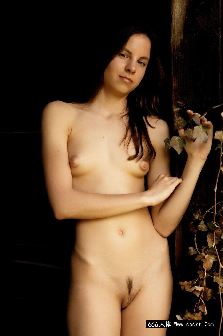 西班牙年轻嫩妹Alt小木屋门外写真