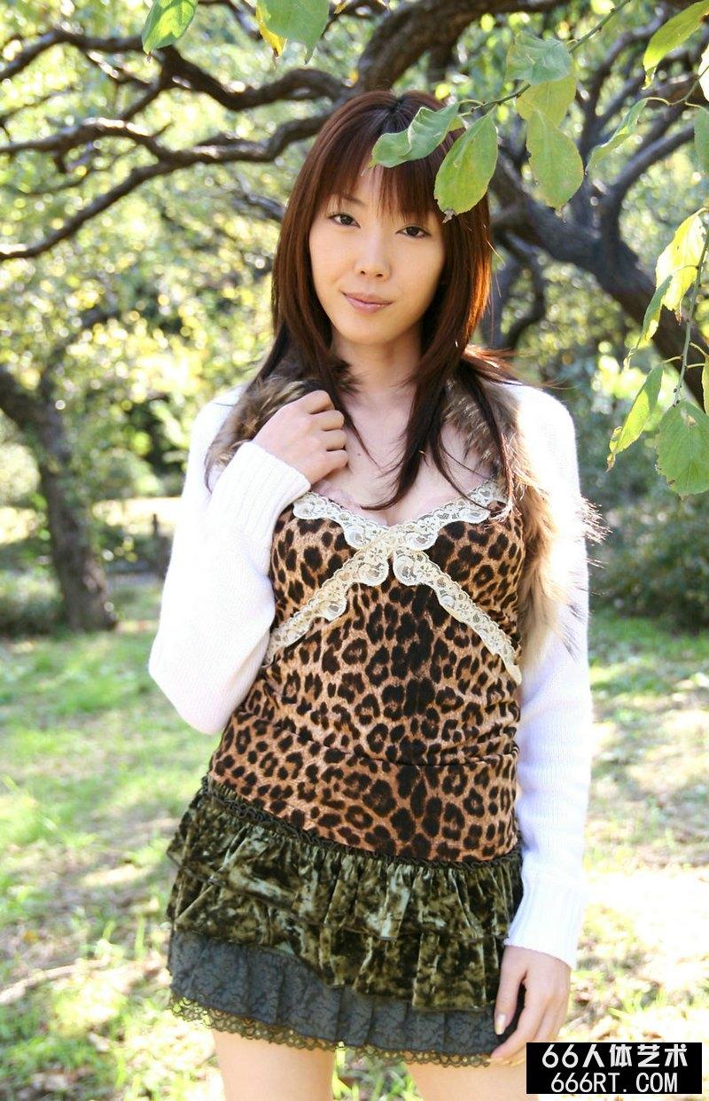 东洋少女户外豹纹短裙写照