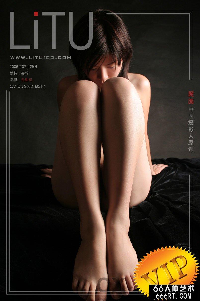 布妮人体艺术摄影图片,超模嘉怡06年7月29日黑色背景室拍