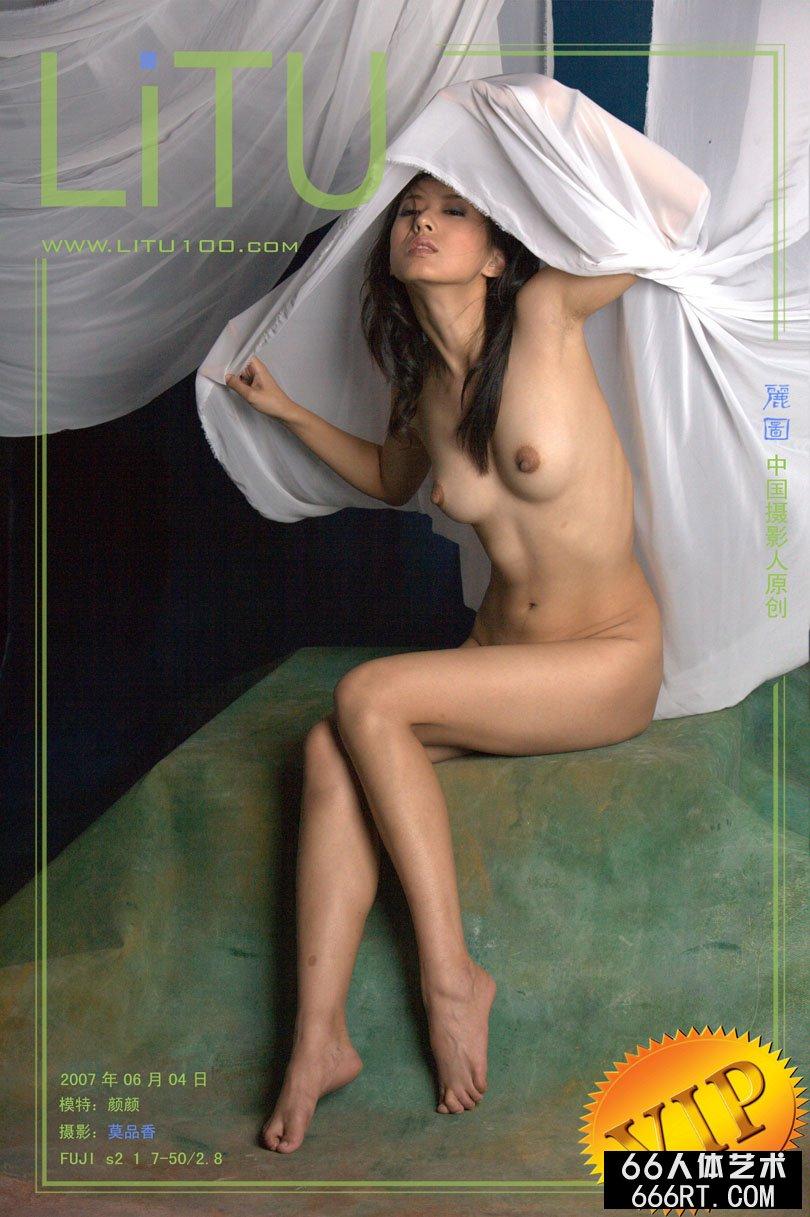身披薄纱的美模颜颜深圳棚拍