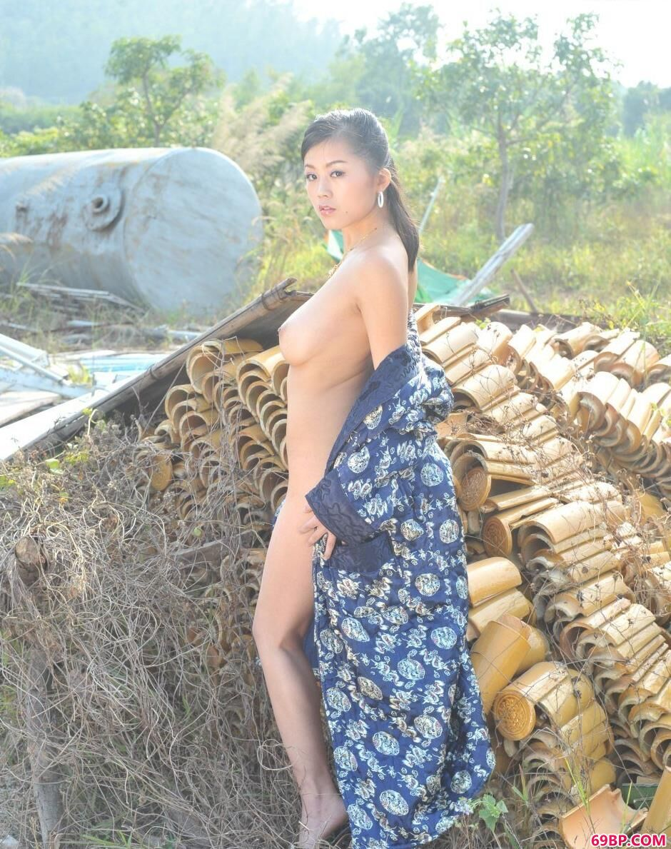 美国女人体_嫩模可馨荒凉工厂里的魅惑人体