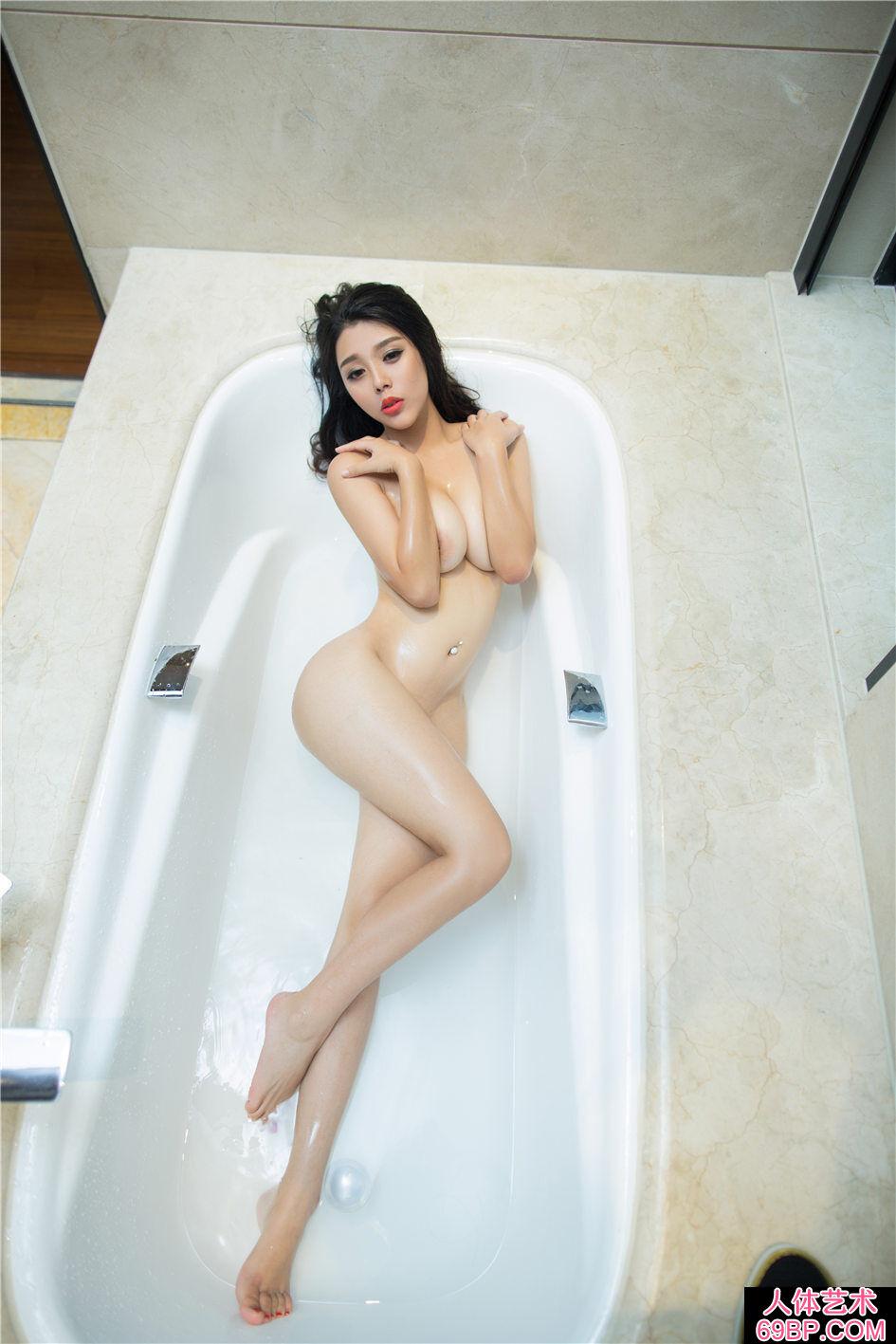 身材很棒的尤物浴室湿身人体写真