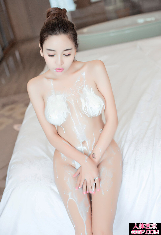 皮肤白皙的李梓熙全身涂满奶油拍摄人体