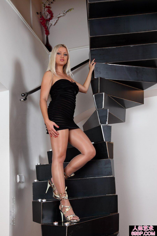 身材丰润的金发洋妞穿肉丝楼梯前图片