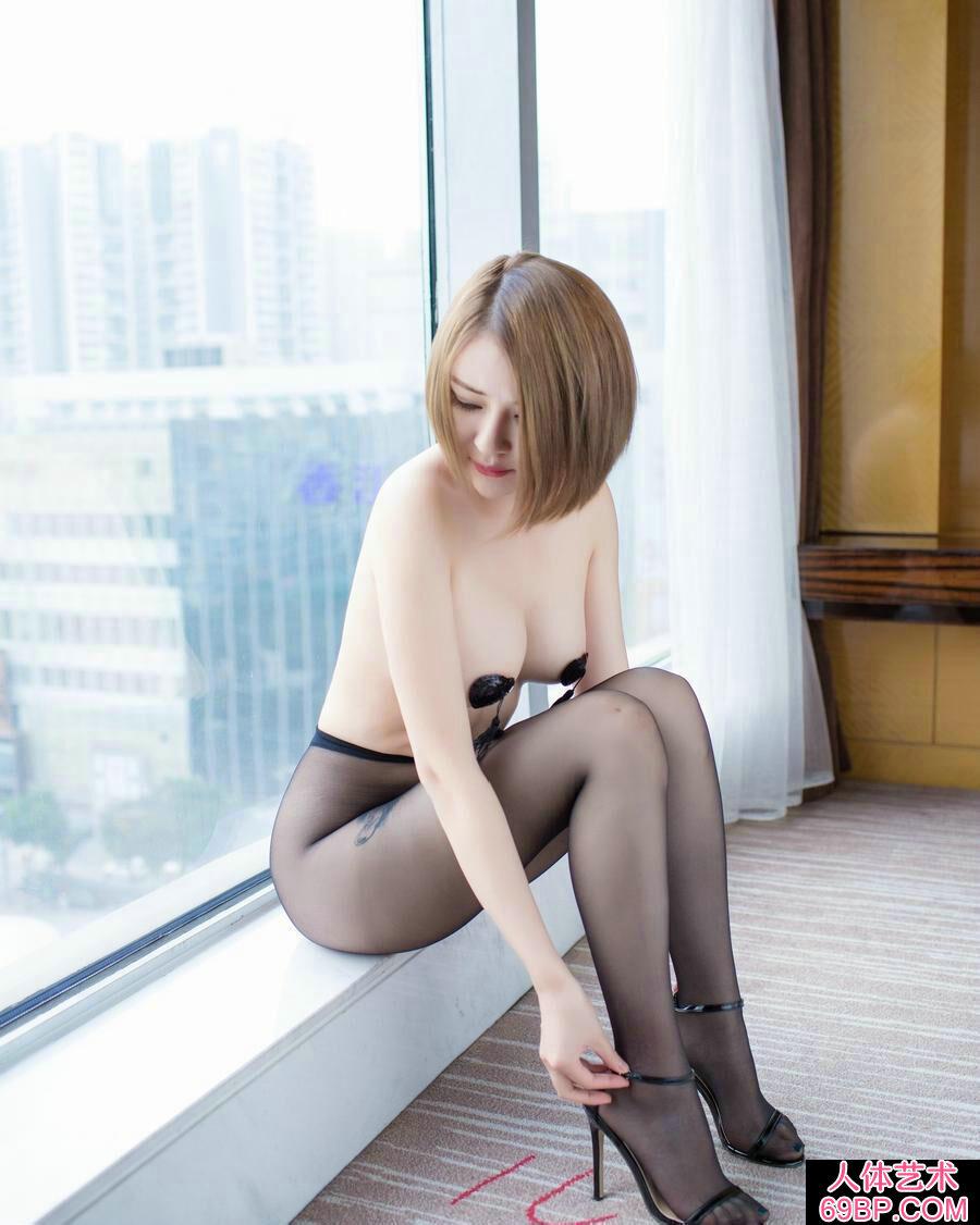 白皙透嫩的超模凯竹超薄黑丝室拍人体写真