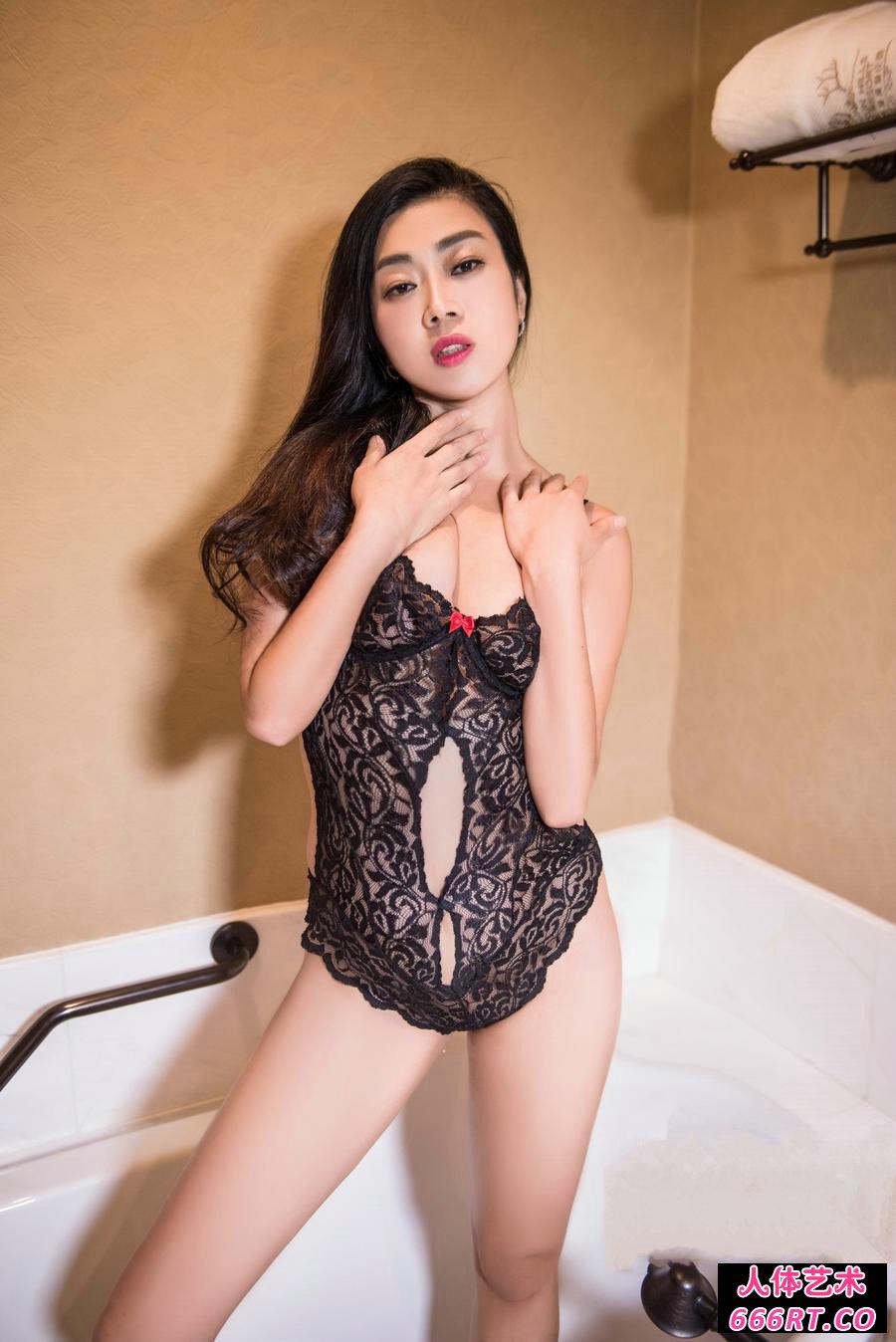 姿势撩人的人妻语溪妩媚泳装写真