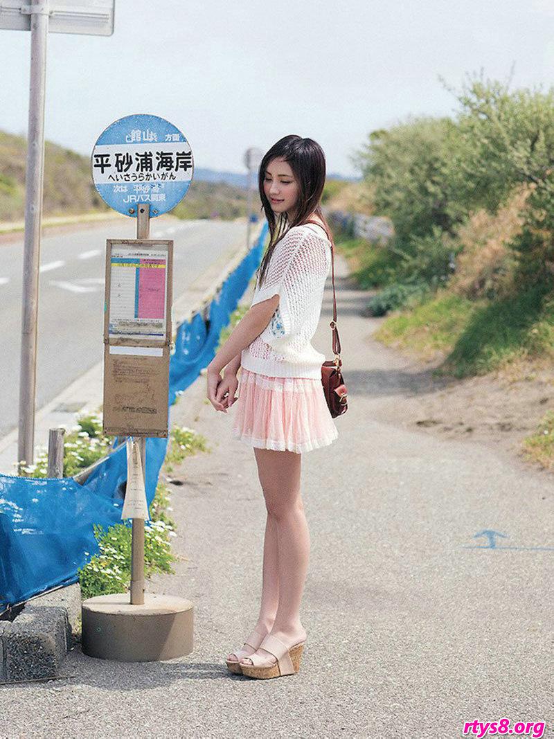 长头发靓女�L�Y香海滩外拍唯美写真