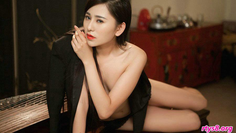 胸部坚挺滑嫩的美娇娘嫩模吴沐熙室拍