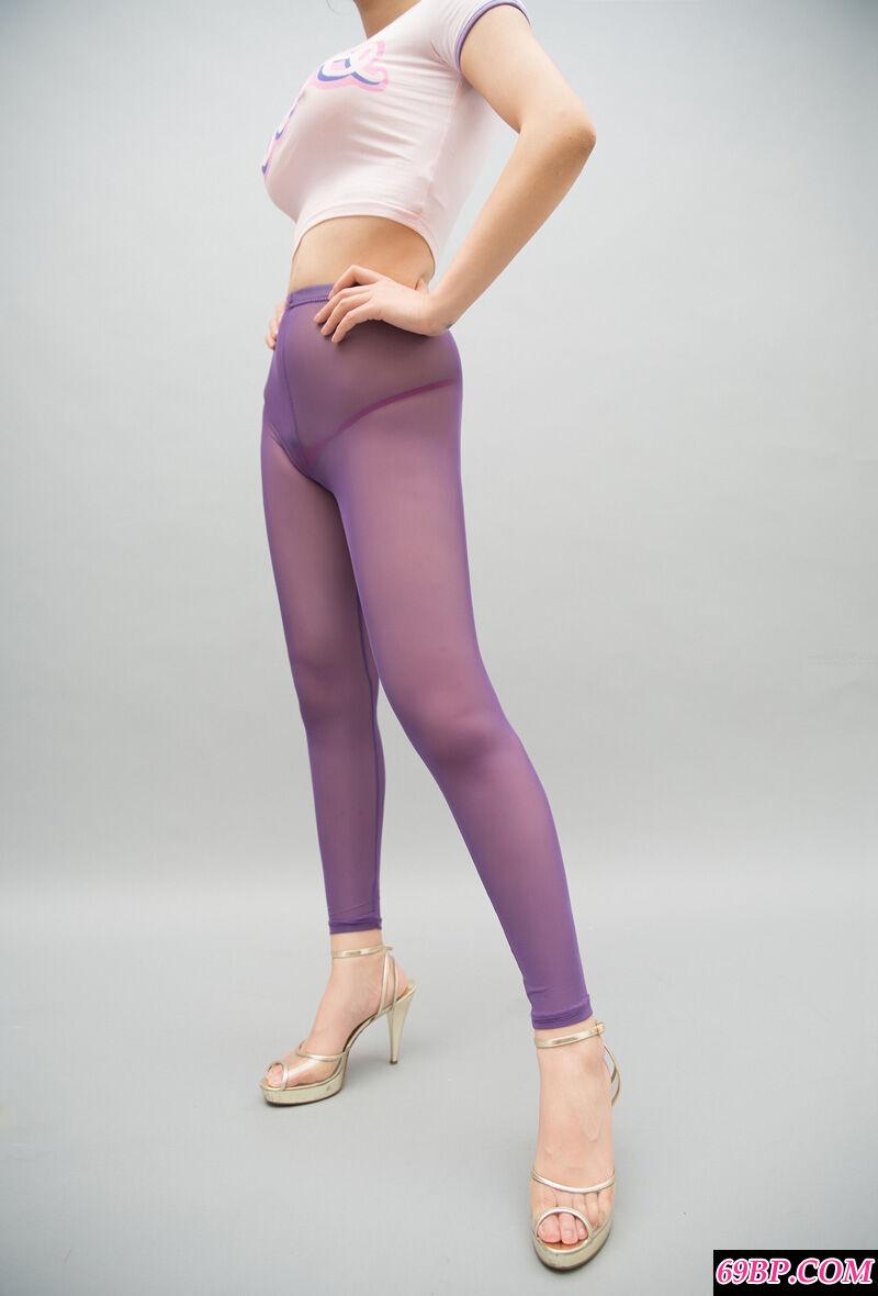 身材热辣的裸模紫色黑丝配高跟